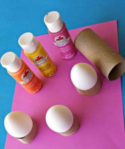 Яички, краски и картонная трубочка