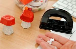 Дыроколом вырезаем кружки из бумаги