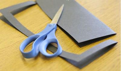 Вырезаем рамку из сложенного вдвое листка