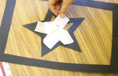 Заполняем звезду из белой бумаги