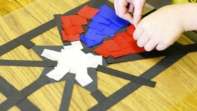 Раскладываем красные и синие бумажки