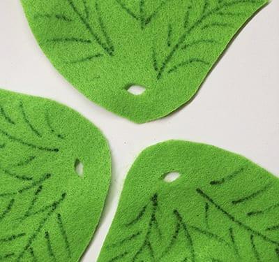 Делаем в листьях отверстия