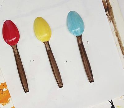 Раскрашиваем верх ложки в цвет будущих жучков