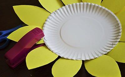 Сажаем лепестки на край тарелки