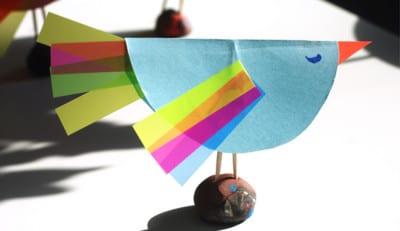 Птичка стоит на шарике из пластилина