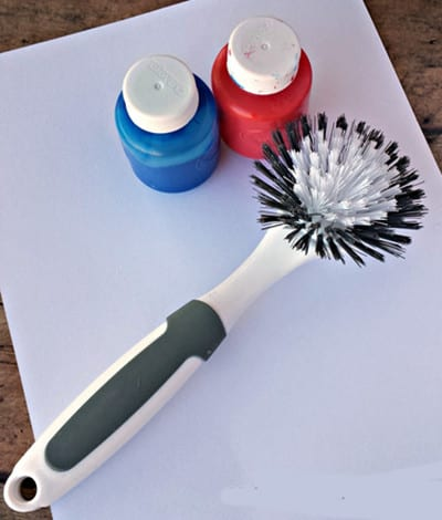 Краски и щетка для мыться посуды