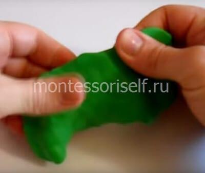 Расплющиваем зеленый пластилин