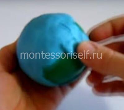 Покрываем голубым пластилином шарик
