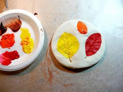 Раскрашиваем отпечатки листьев