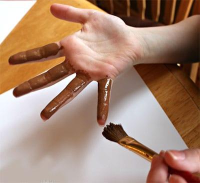 Наносим краску на пальчики