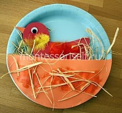 Птичка в гнезде из тарелок