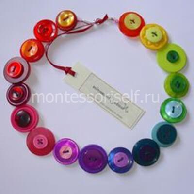 Детское колье из цветных пуговиц