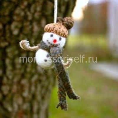 Снеговик из войлока и шляпки желудя