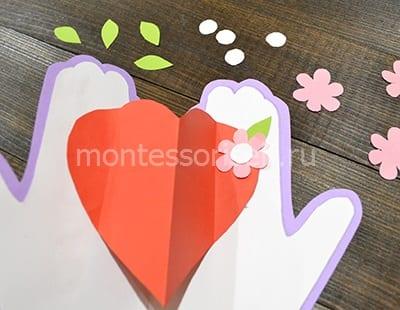 Приклеиваем цветочек с сердцевиной