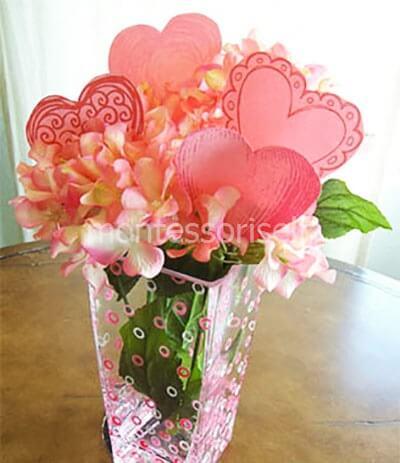 Букет цветов с бумажными сердечками