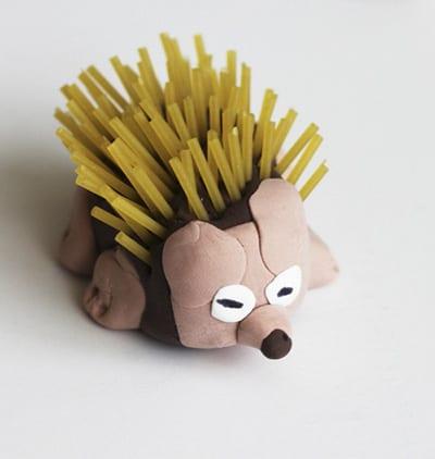 Ежик из макарон и пластилина