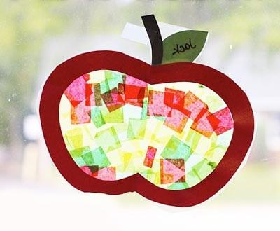 Приклеиваем яблочко на окошко