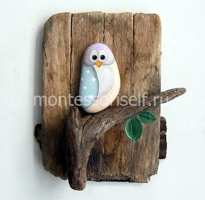 Птичка из камня на деревянной основе
