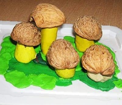 Грибы из грецкого ореха и пластилина