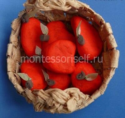 Яблоки из камней в корзинке