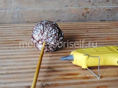Прикрепляем шар к палочке