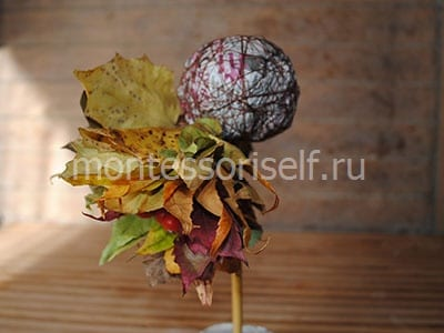 Оклеиваем шар листьями и плодами
