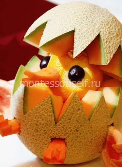 Поделка из дыни, апельсина, морковки и ягод