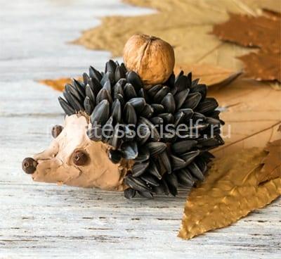 Ежик из семечек, пластилина и орешка