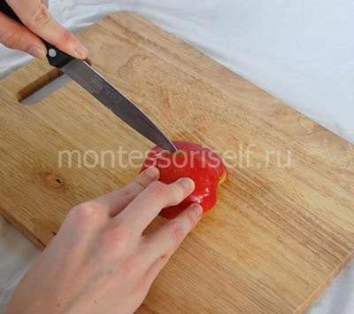 Разрезаем яблоко еще на две части