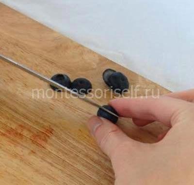 Разрезаем ягодки