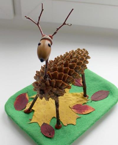 Осенний олень из шишки, веток и желудя