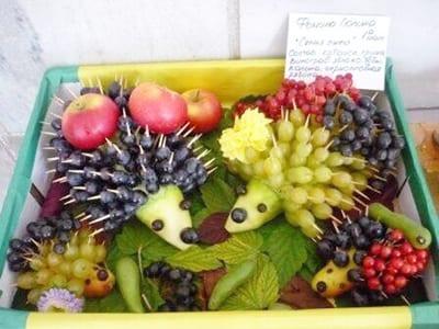 Ежики с иголками из винограда