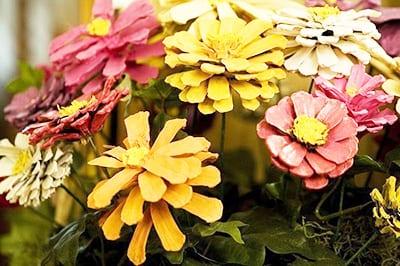 Цветочная лужайка из шишек