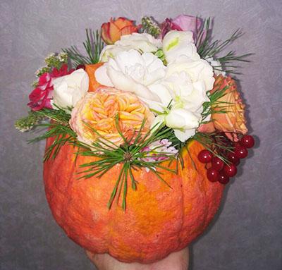 Вазочка из тыквы с цветами
