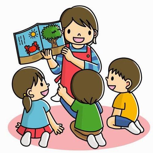 Учитель ведет урок для малышей