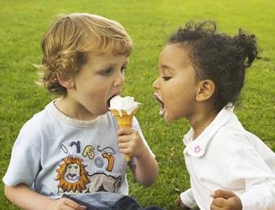 Дети едят мороженое