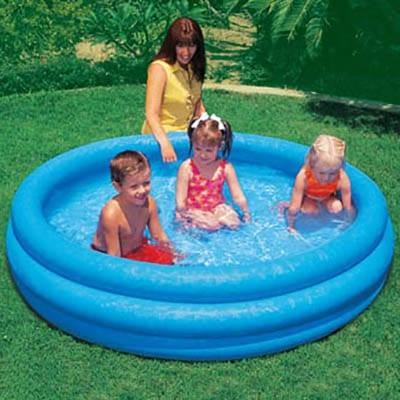 Дети купаются в надувном бассейне