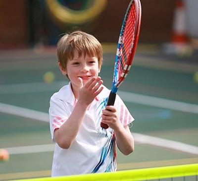 Ребенок играет в теннис