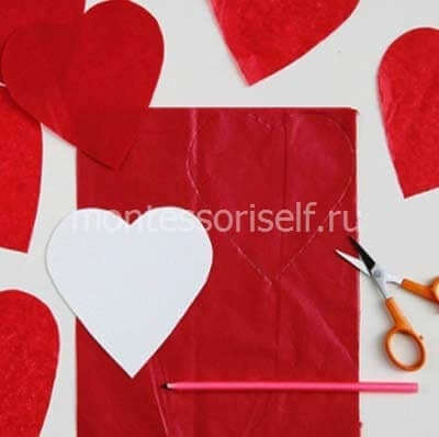 Вырезаем сердечки из красной бумаги