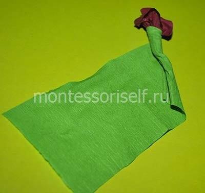 Скручиваем зеленую бумагу