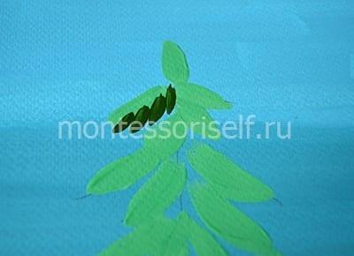 Темно-зеленые штрихи на нижней части веток