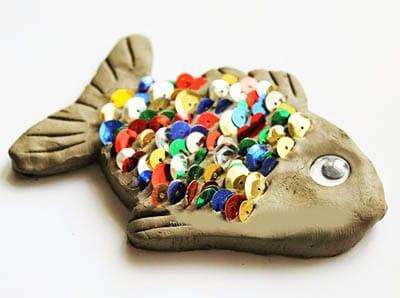 Рыбка из глины, украшенная паетками