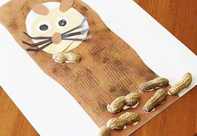 Приклеиваем скорлупу ореха