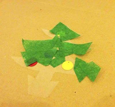 Приклеиваем кусочки зеленой бумаги