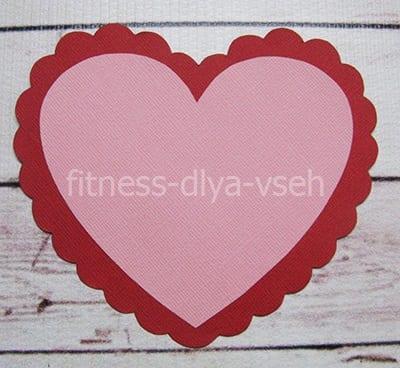 Приклеиваем красное и розовое сердечко