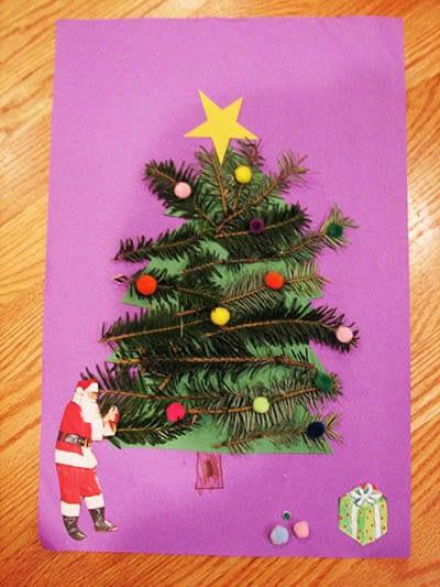 Приклеиваем помпоны и Деда Мороза с подарками