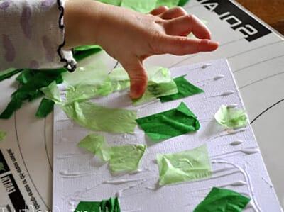 Приклеиваем кусочки папиросной бумаги