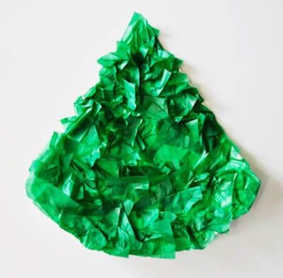 Обклеиваем кусочками зеленой бумаги часть одноразовой тарелки