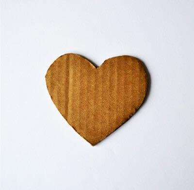 Вырезаем сердечко из картона