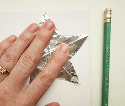 По шаблону вырезаем рисуем контур на красном картоне